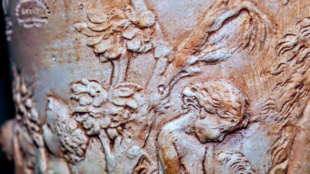 Bild Terracotta-Topf mit eingearbeiteten Figuren