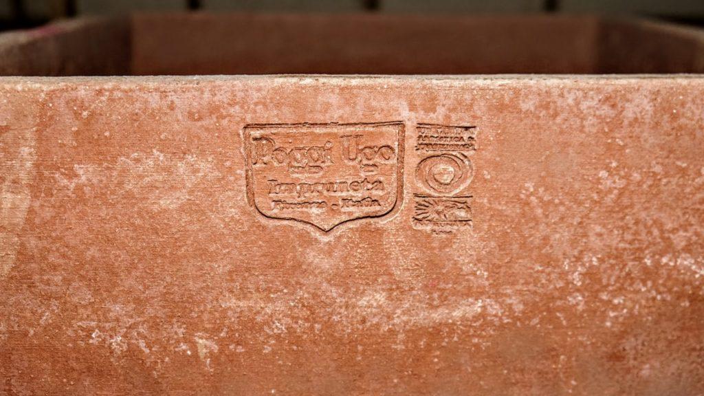 Terracotta Kübel mit Hersteller-Logo