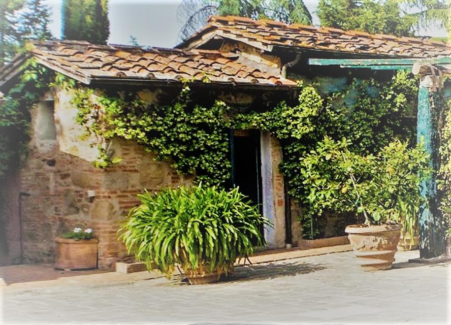 Natursteinhaus in der Toskana mit Efeuranken und Terracotta-Töpfen