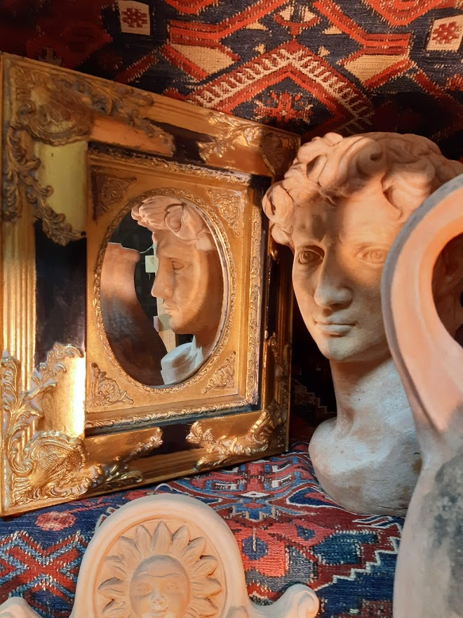David Büste vor goldenem Spiegel