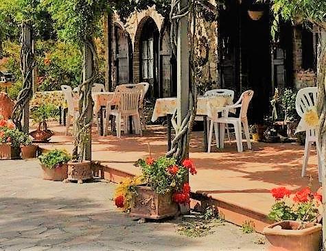 Terracotta Fliesen auf einer Terrasse mit Stühlen und Tischen