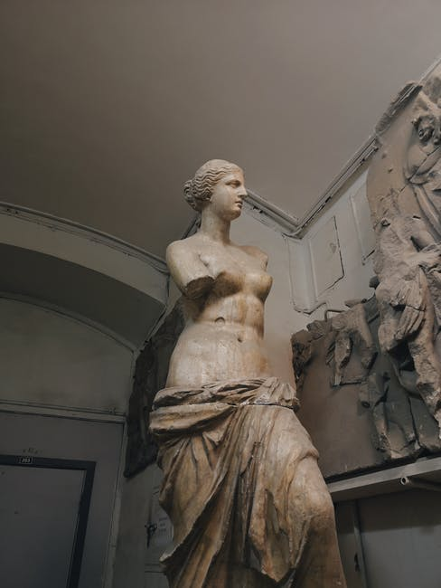 Venus-Skulptur vor Tür