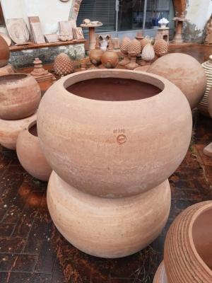 Mehrere runde Gefäße in Ihrer Lagerstätte.